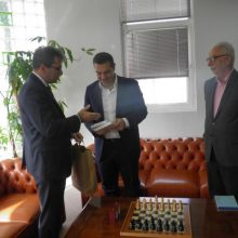 kozan.gr: Ένα βιβλίο για το σκάκι προσέφερε στον Αλέξη Τσίπρα ο Πρύτανης του Πανεπιστημίου ΔΜ Θεόδωρος Θεοδουλίδης  (Βίντεο)
