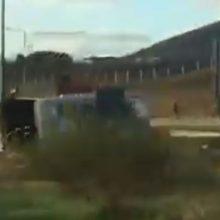 kozan.gr: Τροχόσπιτο, με αυστριακό οδηγό, αναποδογύρισε, κάτω από αδιευκρίνιστες συνθήκες, στην Εγνατία Οδό, στον κόμβο της Καστοριάς – Δεν υπήρξε τραυματισμός (Βίντεο)