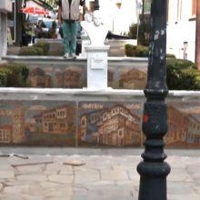 "kozan.gr: Πώς έγινε η κατασκευή των ψηφιδωτών ""Παραμυθένια Αρχοντούπολη"" για την ανάπλαση της πλατείας Ίωνος Δραγούμη, έξω από το Λαογραφικό Μουσείο Κοζάνης – Τι λέει ο δημιουργός Απόστολος Σιαραμπής (Βίντεο)"
