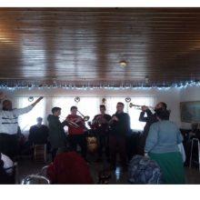 Το Μουσικό Σχολείο Σιάτιστας στο Γηροκομείο Κοζάνης – Έδωσαν στιγμές χαράς στους ηλικιωμένους παίζοντας, τραγουδώντας και χορεύοντας παραδοσιακά τραγούδια (Φωτογραφία)