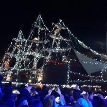 kozan.gr: Πτολεμαίδα: Παρουσία πλήθους κόσμου, με ζογκλέρ, πυροτεχνήματα και χριστουγεννιάτικες μελωδίες, φωταγωγήθηκε, το βράδυ της Δευτέρας 9/12, το Χριστουγεννιάτικο Καράβι, στην κεντρική πλατεία της πόλης (Βίντεο & Φωτογραφίες)