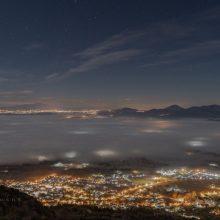 Η εντυπωσιακή βραδινή φωτογραφία από τα Σέρβια και τη λίμνη σκεπασμένη με πέπλο ομίχλης