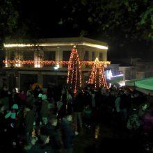Υπό συνθήκες έντονης βροχόπτωσης, φωταγωγήθηκε, στην Κεντρική Πλατεία των Σερβίων, το Χριστουγεννιάτικο δέντρο (Βίντεο)