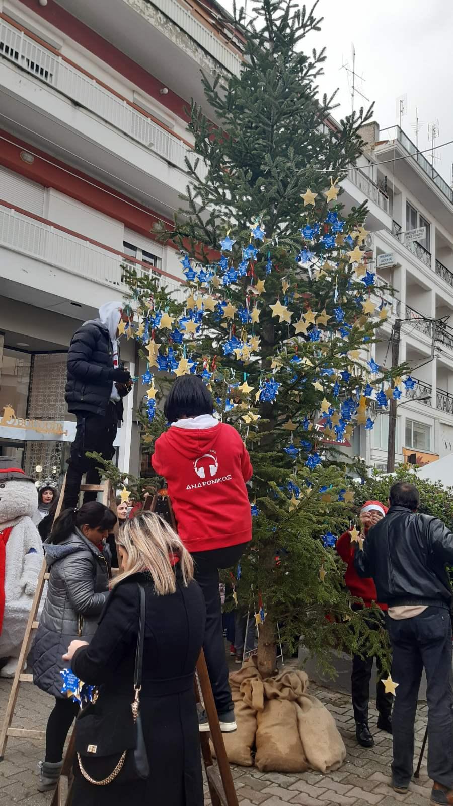 kozan.gr: Πτολεμαΐδα: Έτοιμο το «Δένδρο των Ευχών»στη συμβολή του πεζόδρομου Περδίκκα – Εθνικής Αντίστασης (Bίντεο & Φωτογραφίες)