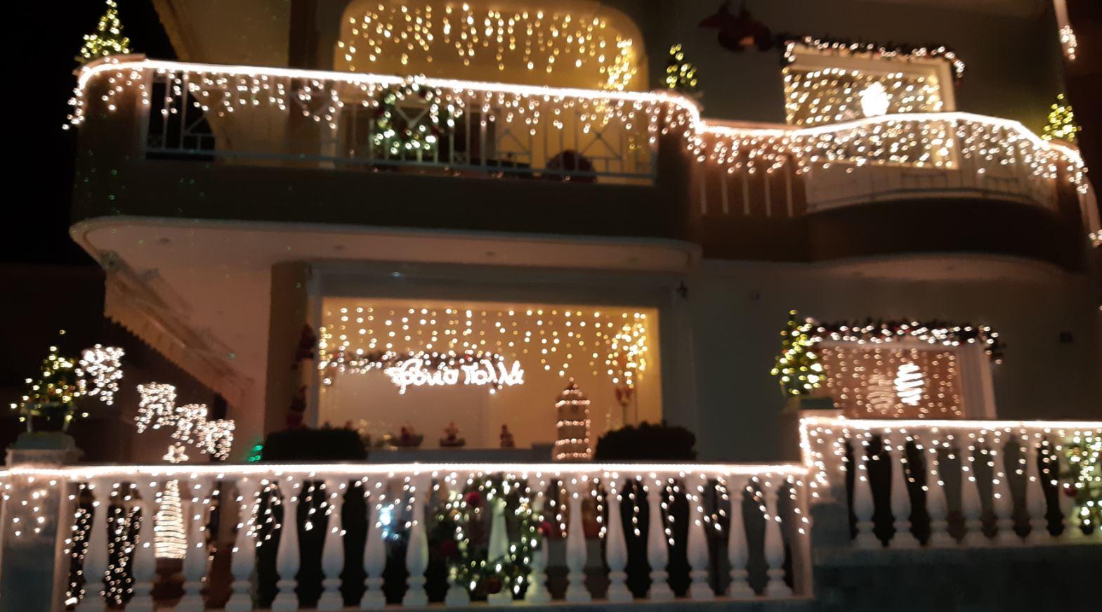 """kozan.gr: Με περισσότερα στολίδια κι ακόμη πιο λεπτομερή διακόσμηση, το Χριστουγεννιάτικο σπίτι """"υπερπαραγωγή"""", στην Κοζάνη, όπως κάθε χρόνο, έτσι και φέτος, κερδίζει τις εντυπώσεις (Βίντεο)"""