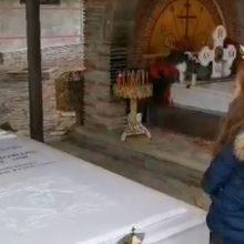 Σιάτιστα: Tα συγκινητικά κάλαντα στον τάφο του μακαριστού Παύλου (Bίντεο)