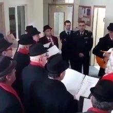 kozan.gr: Οι Τροβαδούροι Πτολεμαΐδας είπαν τα κάλαντα στον Διοικητή της Τροχαίας Πτολεμαΐδας (Βίντεο)