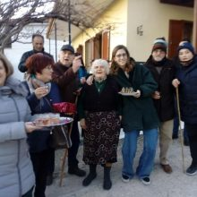 kozan.gr: Αναβίωσε σήμερα το μεσημέρι, πρώτη ημέρα του χρόνου, στο Χρώμιο Κοζάνης, το έθιμο του Αη Βασίλη (Φωτογραφίες)