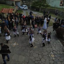 kozan.gr: Αναβίωσε, ανήμερα της Πρωτοχρονιάς, το έθιμο των Μωμόγερων στα Αλωνάκια Κοζάνης (Βίντεο)