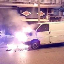 kozan.gr: Ώρα 07:00 π.μ.: Ι.Χ. φορτηγάκι τυλίχτηκε στις φλόγες επί της οδού Παύλου Μελά, στο κέντρο της Κοζάνης – Άμεση η επέμβαση της Πυροσβεστικής για την κατάσβεση της φωτιάς και της Τροχαίας για τη ρύθμιση της κυκλοφορίας (Βίντεο)