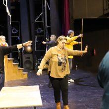 ΔΗ.ΠΕ.ΘΕ. Κοζάνης: Φωτογραφίες από τη θεατρική παράσταση «Τα Στχεια» (σε κείμενο της Ματίνας Τσικριτζή – Μόμτσιου), που θα παρουσιαστεί την περίοδο των Αποκριών σε σκηνοθεσία Νικόλαου Κέφαλου