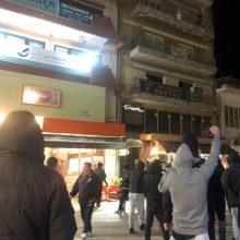 kozan.gr: Ώρα 22:00: Κοζάνη: Παράσταση διαμαρτυρίας φίλων κι οπαδών του ΠΑΟΚ, έξω απο τα γραφεία της ΝΟΔΕ Κοζάνης, με συνθήματα κατά της ΝΔ, του Πρωθυπουργου Κ. Μητσοτάκη και του Υφυπουργού Αθλητισμού Λ. Αυγενάκη (Βίντεο & Φωτογραφίες)