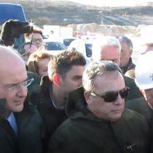 kozan.gr: Με μαύρες σημαίες, με μαντινάδες, γιουχαΐσματα και χαρακτηρισμούς, όπως είσαι ο νεκροθάφτης της περιοχής μας, υποδέχτηκαν εργαζόμενοι της ΔΕΗ, εκπρόσωποι συνδικαλιστικών σωματείων κι άλλοι διαδηλωτές της περιοχής, στην υπό κατασκευή λιγνιτική μονάδα Πτολεμαΐδα V, τον Υπουργό Περιβάλλοντος και Ενέργειας Κωστή Χατζηδάκη – Δεν έλειψαν οι στιγμές έντασης –  Με μαντινάδα απάντησε κι ο Υπουργός (Βίντεο 15′ με όλα όσα έγιναν από την αρχή ως το τέλος & 80 φωτογραφίες)