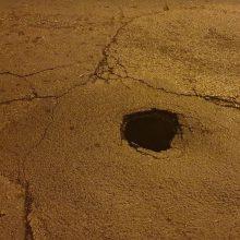kozan.gr: Φωτογραφίες αναγνώστη που δείχνουν μια τρύπα στο οδόστρωμα επί της οδού Επισκόπου Βενιαμίν στην Κοζάνη