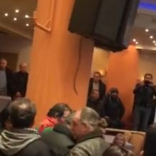 kozan.gr: Πτολεμαΐδα: H στιγμή που αντιπροσωπεία διαδηλωτών, με πανό, μπαίνει στην αίθουσα του ξενοδοχείου Παντελίδης, όπου διεξάγεται η ημερίδα με θέμα τη δίκαιη αναπτυξιακή μετάβαση της Δυτικής Μακεδονίας –  Αποχώρησαν δήμαρχοι και φορείς από την ημερίδα για την απολιγνιτοποίηση λέγοντας ότι είναι προσχηματικός ο διάλογος (Βίντεο)
