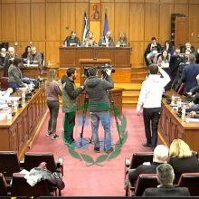 kozan.gr: Αποχώρησαν οι σύμβουλοι της αντιπολίτευσης, από το Περιφερειακό Συμβούλιο Δ. Μακεδονίας, επειδή δεν έγινε δεκτό το αίτημά τους να συζητηθεί πρώτο το θέμα της ΔΕΗ-απολιγνιτοποίησης, μετά κι όσα έγιναν το περασμένο Σαββάτο στην Πτολεμαίδα με την επίσκεψη Χατζηδάκη- Ένταση κατά την αποχώρηση μεταξύ του Γ. Τσιούμαρη με τον Γ. Χριστοφορίδη – Μη μου κουνάς εμένα το χέρι είπε ο δεύτερος στον πρώτο (Bίντεο – Όλο το επεισόδιο)