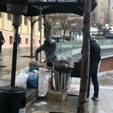 kozan.gr: Ώρα 13:15: Παρά τη βροχή και το κρύο, οι σχάρες βγήκαν και το τσίκνισμα άρχισε στην πόλη της Κοζάνης (Φωτογραφίες)