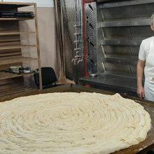 "kozan.gr: Κοζάνη: Σημερινές (23/2), πρωινές εικόνες, από το τρανύτερο κιχί (4 τετραγωνικά μέτρα), που έφτιαξαν ο Γιάννης Σιδέρης, στον παραδοσιακό του φούρνο, μαζί και με άλλα ""Παρταλόπλα"" από το Φανό του Αη Δημήτρη –  Θα φαγωθεί, το μεσημέρι της Κυριακής 23/2 (12.30 – 13.00), στην κεντρική πλατεία της πόλης, αφού βραβευθεί από την επιτροπή ""Gines"" (Βίντεο)"