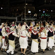 kozan.gr: Εντυπωσίασαν, με τα χορευτικά τους, το βράδυ της Δευτέρας 24/2, στην κεντρική πλατεία Κοζάνης, οι Χιώτες/Χιώτισσες από το Μορφωτικό Σύλλογο Πυργίου Χίου «Γεώργιος Θεοτοκάς», φιλοξενούμενος Σύλλογος του Φανού Άη Θανάση (Φωτογραφίες & Βίντεο 8′ σε HD ποιότητα)