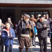 "kozan.gr: Οι άνθρωποι των φανών βγήκαν λίγο μετά τη 1 το μεσημέρι της Κυριακής 1/3 στην κατάμεστη από κόσμο κεντρική πλατεία Κοζάνης κι άναψαν όλοι μαζί ένα κοινό φανό τραγουδώντας """"Εβγάτε αγόρια στο χορό""  (Bίντεο σε HD ποιότητα)"