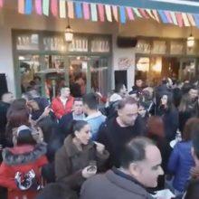 kozan.gr: Ώρα 18:25 – 18:40: Γεμάτη από κόσμο η πόλη της Κοζάνης λίγο πριν την αποκορύφωση της Αποκριάς (Bίντεο 9′)