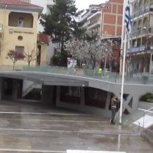 kozan.gr: Κοζάνη: Ώρα 08:00 π.μ.: Χωρίς στρατιωτικό άγημα και στρατιωτική μπάντα, με δύο μόνο στρατονόμους, πραγματοποιήθηκε το πρωί της Κυριακής 15/3, στην κεντρική πλατεία, η καθιερωμένη τελετή έπαρσης της σημαίας (Βίντεο)