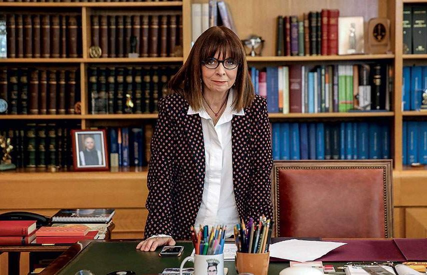 Η Πρόεδρος της Δημοκρατίας Κατερίνα Σακελλαροπούλου, συνεχάρη την Ελόνα Αγκόλι, μοδίστρα στα Γρεβενά, η οποία προ ημερών έγινε γνωστή επειδή έσπευσε και κατασκεύασε 600 χειρουργικές μάσκες για το νοσοκομείο Γρεβενών