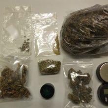 Σύλληψη τριών ατόμων για παράβαση νομοθεσίας περί ναρκωτικών στη Φλώρινα – Μεταξύ άλλων κατασχέθηκαν συνολικά 121,43 γραμμάρια ακατέργαστης κάνναβης και 72 σπόροι κάνναβης