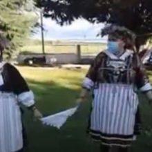 kozan.gr: Κρόκος Κοζάνης: Φόρεσαν μάσκες, κράτησαν τις ασφαλείς αποστάσεις, και τίμησαν, σε σπίτι, το έθιμο «Μάης» (Βίντεο)