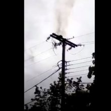 kozan.gr: Αιανή: Καπνός από βραχυκλώμα σε κολόνα της ΔΕΗ (Βίντεο)