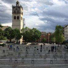 "kozan.gr: Ώρα 18:30: Τοποθετήθηκαν οι καρέκλες, στην κεντρική πλατεία της Κοζάνης, για τη δράση – διαμαρτυρία ""Empty Chairs"" που διοργανώνουν σήμερα στις 20:00 επιχειρήσεις εστίασης και διασκέδασης"