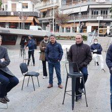"kozan.gr: Στιγμιότυπα & δηλώσεις ιδιοκτητών καταστημάτων εστίασης – εκπροσώπων φορέων της αυτοδιοίκησης, στο πλαίσιο της σημερινής συμβολικής διαμαρτυρίας ""Empty Chairs"" στην κεντρική πλατεία της Κοζάνης (Βίντεο & Φωτογραφίες)"