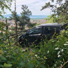 """Κοζάνη: Aυτοκίνητο """"καρφωμένο"""" σε σιδερένια περίφραξη, με τις δύο ρόδες να αιωρούνται στο κενό,  στην περιοχή του """"Ξενία"""""""