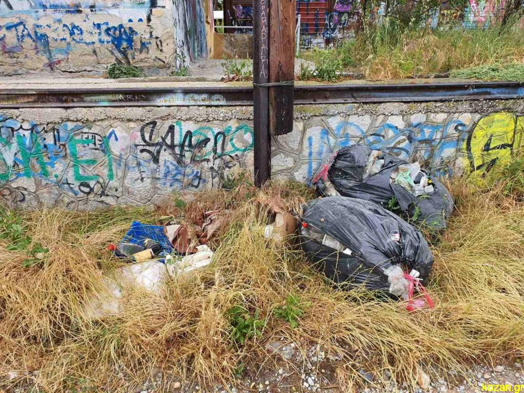 Kozan.gr: Πεταμένα σκουπίδια στο πίσω μέρος του ΟΣΕ  στην Κοζάνη (Φωτογραφίες)