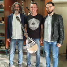 kozan.gr: Ο οργανοποιός Παναγιώτης Πάσχος από τα Σέρβια δώρισε στο Δημοτικό Ωδείο Σερβίων ένα υπέροχο Μπουζούκι