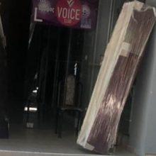 kozan.gr: Τοποθέτησε δύο φέρετρα στην είσοδο κτηρίου του κεντρικού πεζοδρόμου της Κοζάνης – Ειδοποιήθηκε η αστυνομία (Φωτογραφία)