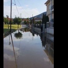kozan.gr: Κοίλα Κοζάνης: Δείτε πως πλημμύρισε, μετά την απογευματινή νεροποντή, ο δρόμος σε κεντρικό σημείο του χωριού  – Tι είχε καταγγείλει, στο kozan.gr,  πριν λίγες μέρες, ο παπάς του χωριού (Βίντεο)