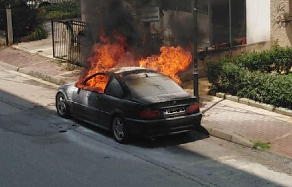 Πτολεμαίδα: Aυτοκίνητο, πιθανότατα, μετά από βραχυκύκλωμα, τυλίχθηκε στις φλόγες