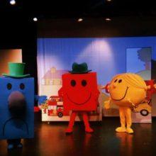 """Μικροί Κύριοι – Μικρές Κυρίες """"Η δύναμη της φιλίας"""" – Μία παράσταση που ανέκαθεν τηρούσε τις αποστάσεις ασφαλείας, την Κυριακή 19 Ιουλίου, στο Υπαίθριο Δημοτικό Θέατρο Κοζάνης"""