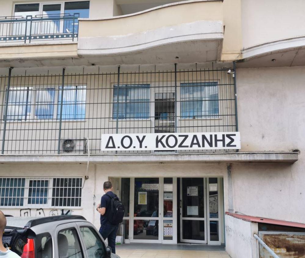 kozan.gr: Στις 7 Ιουνίου, ημέρα Δευτέρα, στο Mικτό Ορκωτό Δικαστήριο Φλώρινας θα διεξαχθεί η δίκη του 45χρονου με το τσεκούρι για την αιματηρή επίθεση στην ΔΟΥ Κοζάνης, που συγκλόνισε το πανελλήνιο