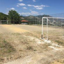 """kozan.gr: Με πρωτοβουλία του Δήμου Σερβίων, οι """"πατέντες"""" τέρματα, στο γήπεδο 5×5  στην Νεράιδα, έγιναν κανονικά τέρματα για να παίζουν τα μεταναστόπουλα  (Φωτογραφίες)"""