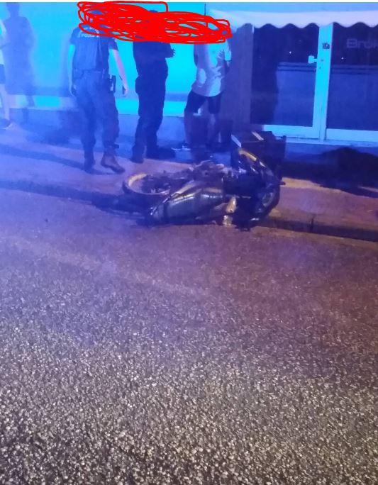 Τροχαίο ατύχημα – Μηχανάκι συγκρούσθηκε με αυτοκίνητο και ΠΑΛΙ στη συμβολή των οδών Σμύρνης με Πανόρμου στην Κοζάνη (Φωτογραφίες)