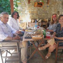 kozan.gr: Οι Δήμαρχοι Σερβίων & Βοΐου,  Ελευθερίου & Ζευκλής, μαζί με τις συζύγους τους, συνέφαγαν, το μεσημέρι της Κυριακής 2/8, σε ταβέρνα στη Σιάτιστα (Φωτογραφία)