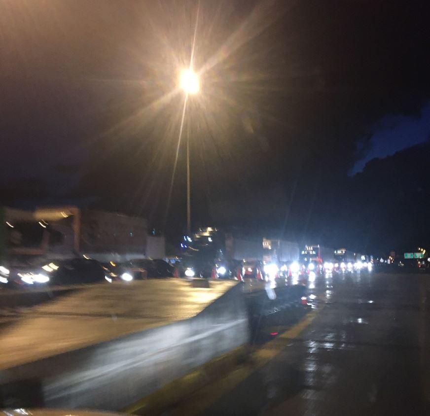 """Εγνατία: Νταλίκα, λίγο πριν τις 9 το βράδυ, """"δίπλωσε"""" κοντά στη Βέροια – Κοντά στο 1χλμ. η """"ουρά"""" στα διόδια Πολυμύλου, στο ρεύμα Κοζάνη – προς Βέροια, που άνοιξαν πριν από λίγο (Φωτογραφία)"""