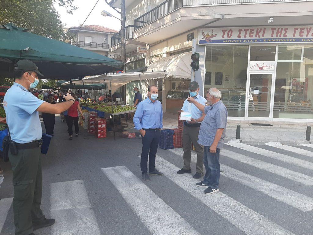 Στις κεντρικές εισόδους της λαϊκής αγοράς της Κοζάνης η Δημοτική Αστυνομία – Δεν επιτρέπει την είσοδο χωρίς μάσκα – Στους τυχόν παραβάτες θα βεβαιωθεί πρόστιμο 150 ευρώ