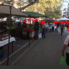 kozan.gr: Υπαρκτός ο κίνδυνος για δεκαήμερο κλείσιμο της λαϊκής αγοράς της Κοζάνης, λόγω μη τήρησης του μέτρου της αποστάσεως των τριών μέτρων ανά πάγκο – Μικτό κλιμάκιο ελέγχου, αποτελούμενο από αστυνομικούς κι υπαλλήλους του τμήματος Εμπορίου της Π.Ε. Κοζάνης, φέρεται να έχουν εντοπίσει αρκετές παραβάσεις, κατά τη διεξαγωγή τη σημερινής λαϊκής αγοράς, γεγονός που μπορεί να οδηγήσει σε κλείσιμο αντίστοιχο με εκείνο που είχε συμβεί στην Πτολεμαίδα – Μένει να δούμε αν θα επαληθευτούν οι πληροφορίες