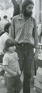 Η μικρή Νιουνιού. Η κόρη του Νικόλα Άσιμου που έγινε η «μασκότ» των Εξαρχείων