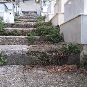 kozan.gr: Αγανακτισμένος συμπολίτης μας για την κατάσταση των σκαλοπατιών στα κοιμητήρια του Αγ. Γεωργίου Κοζάνης (Φωτογραφίες)