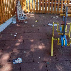 kozan.gr: Σκουπίδια διάσπαρτα στην ανακαινισμένη παιδική χαρά στο παλαιό πάρκο Πτολεμαίδας, απέναντι από το αστυνομικό τμήμα (Φωτογραφίες)