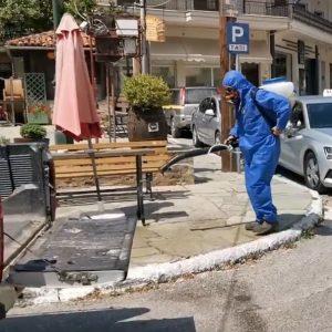Εξειδικευμένο συνεργείο πραγματοποιεί εργασίες προληπτικής απολύμανσης στην κεντρική πλατεία Σιάτιστας (Βίντεο)